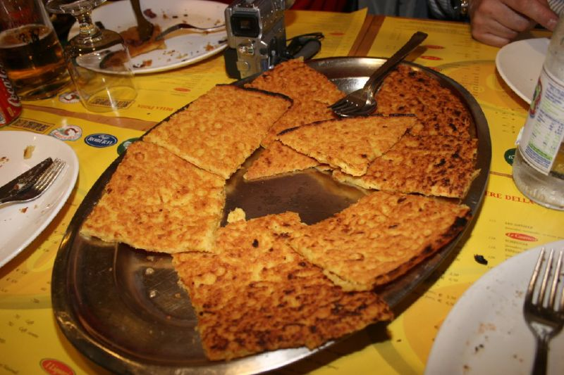 Farinata από ρεβύθια όπως σερβίρεται σε ιταλικό εστιατόριο (Εικονα Wikipedia)