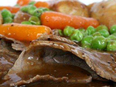 Συνταγή για μοσχάρι με καρότα και μπίρα στο φούρνο, με ψημένες πατάτες