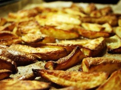 Εύκολες τηγανητές πατάτες στον φούρνο, πιο τραγανές κι από τις κανονικές!